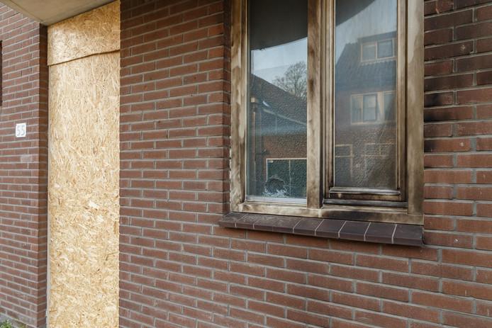 De brand bij de woning aan de Berkumstraat richtte veel schade aan.