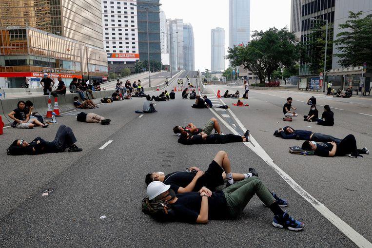 Demonstranten brengen de nacht van zondag op maandag door op een snelweg in Hongkong.
