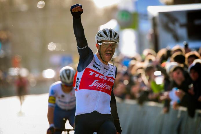 Jasper Stuyven wint voor Yves Lampaert.