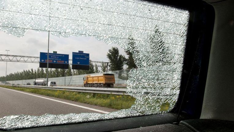 Een gebarsten achterruit met de snelweg A16 op de achtergrond. Beeld anp