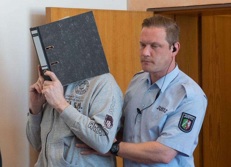 Andreas V. wordt de rechtszaal binnengebracht.