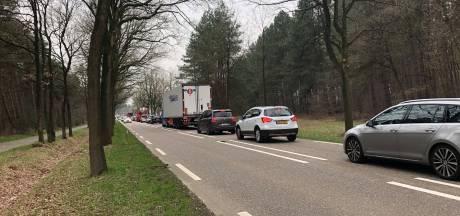 Lange files richting Poppel door werk aan fietspad. 'Even over de grens tanken duurt nu drie kwartier'