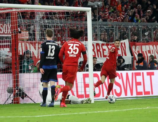 Lewandowski viert feest na zijn goal.