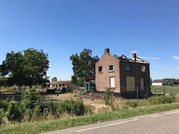 Een uitslaande brand heeft een woning aan de Achterweg in Nieuwegein in de as gelegd. Zo zag het huis er de dag erna uit.