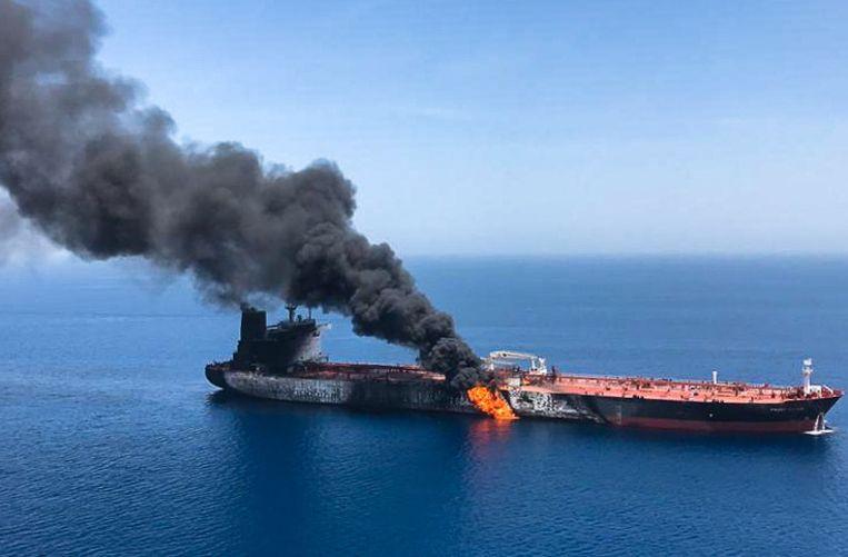 De olietanker Front Altair staat in brand. Beeld AFP