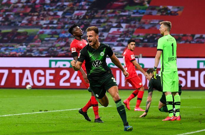 Marin Pongracic van Wolfsburg juicht na zijn goal.