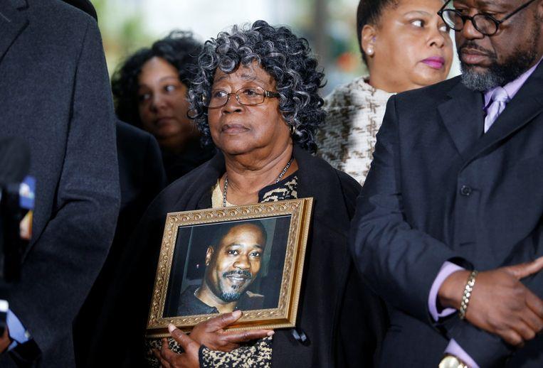 Judy, moeder van de vermoorde Walter Scott, met  een foto van haar zoon.