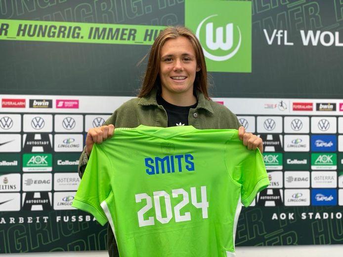 Joëlle Smits tekent tot 2024 bij de Duitse topclub VfL Wolfsburg. Ze maakt het net begonnen seizoen bij PSV nog af.