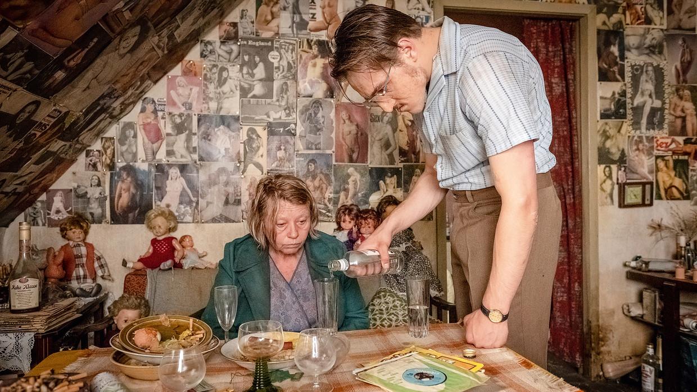 Margarethe Tiesel als slachtoffer en Jonas Dassler als moordenaar Fritz Honka in Der goldene Handschuh.