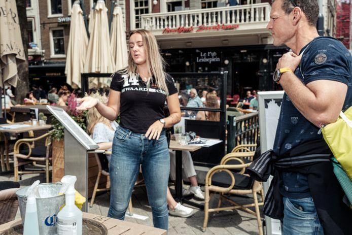 Bij Cafe De Waard krijgt men vooraf instructies over de coronaregels.