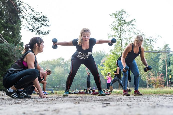Marjolein Kroese (links) gebruikt in haar bootcamptrainingen veel gewichten. ,,Hoe meer kracht en spiermassa, hoe meer vet je verbrandt, hoe krachtiger je botstructuur en hoe esthetischer je lijnen en vormen worden. Daarom werk ik veel met gewichten, waar andere bootcampers vooral trainen met oefeningen gebaseerd op lichaamseigen gewicht.''