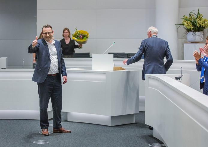 De van corruptie verdachte Richard de Mos wordt beëdigd als raadslid en daarna gefeliciteerd.(Den Haag 07-11-19) Foto:Frank Jansen.