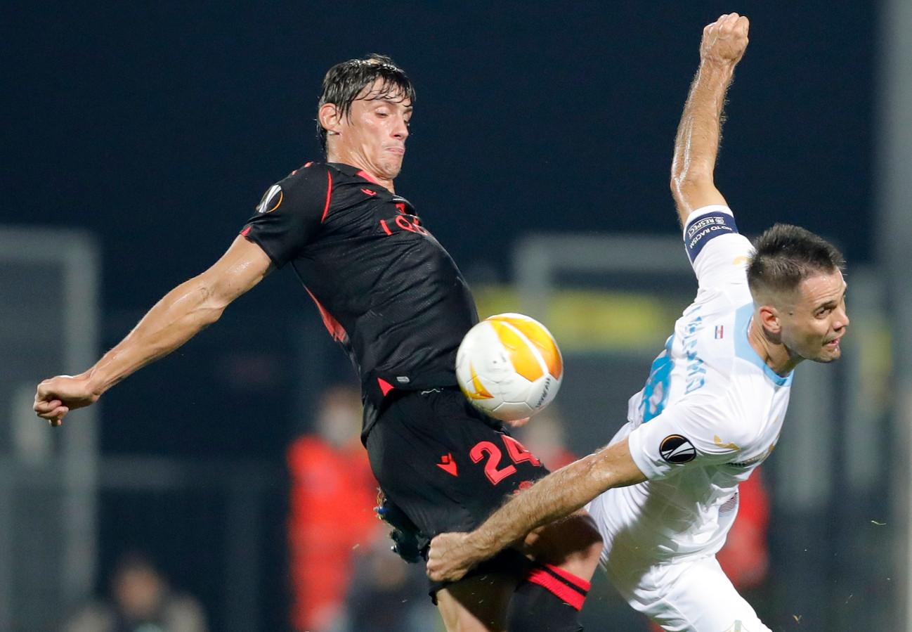 Rijeka-aanvoerder Frank Andrijasevic (r) in duel met Robin Le Normand van Real Sociedad in het vorige Europa League-duel in de poule van AZ.
