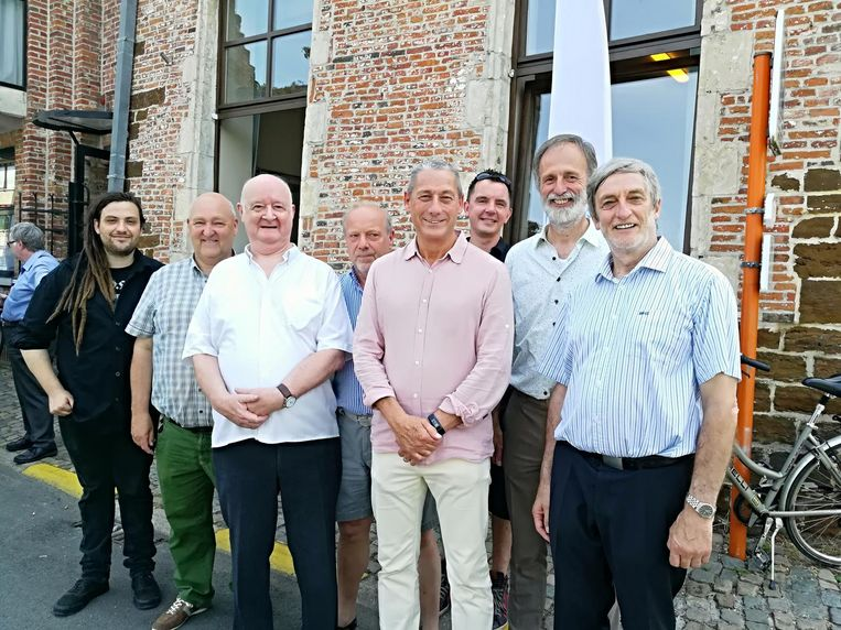 Voorzitter Etienne Maes (derde van links), samen met mensen van het Huis van de Mens en enkele raadsleden van Diest.