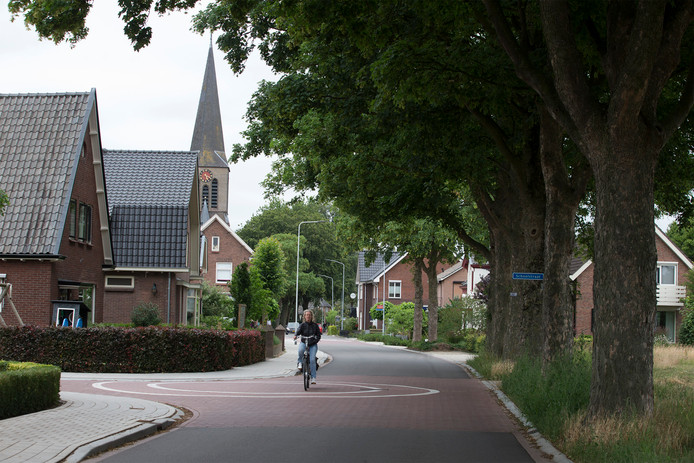 De Kerkstraat in Gaanderen met links de toren van de Martinuskerk.
