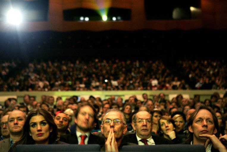Bezoekers van het International Filmfestival Rotterdam (IFFR) kijken naar de Argentijnse openingsfilm La Antena van Esteban Sapir. (ANP) Beeld
