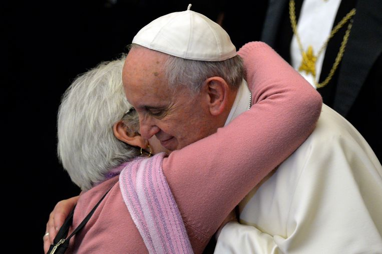 Paus Franciscus op archiefbeeld uit 2014, tijdens een ontmoeting met blinde en dove mensen in het Vaticaan. Beeld Hollandse Hoogte / AFP