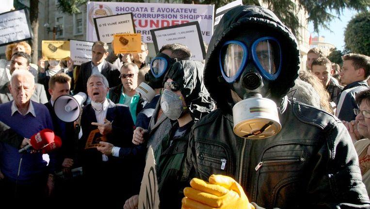 Albanezen demonstreerden gisteren in Tirana tegen het plan om chemische wapens uit Syrië in Albanië te vernietigen. Beeld afp