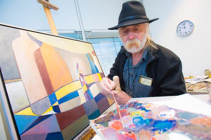 Bert Diks aan het werk in zijn atelier.