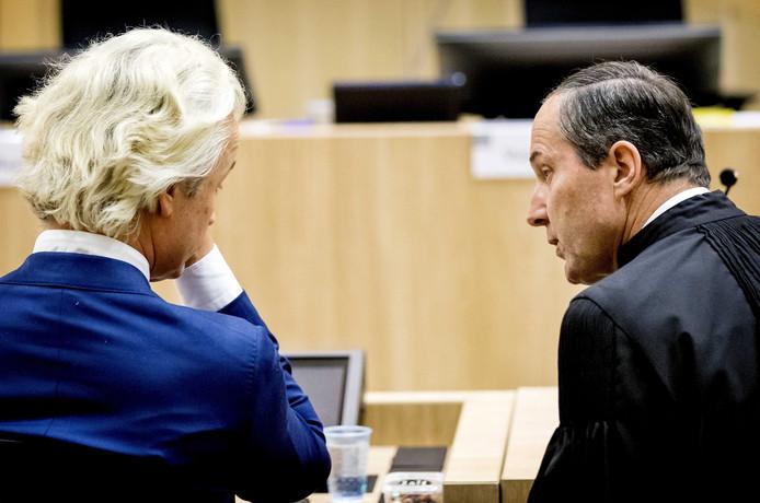 Wilders met zijn advocaat Geert-Jan Knoops tijdens een eerdere zittingsdag.