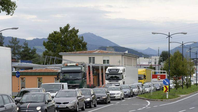 Lange rijen voor de Duits-Oostenrijkse grens. Beeld null