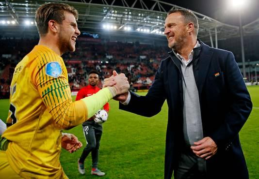 John van den Brom viert de 3-0 zege op PSV met doelman Maarten Paes.