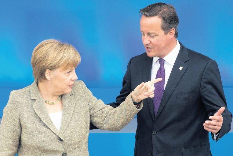 Angela Merkel en David Cameron tijdens een eerdere top. Het conflict tussen de twee loopt verder op. Beeld epa