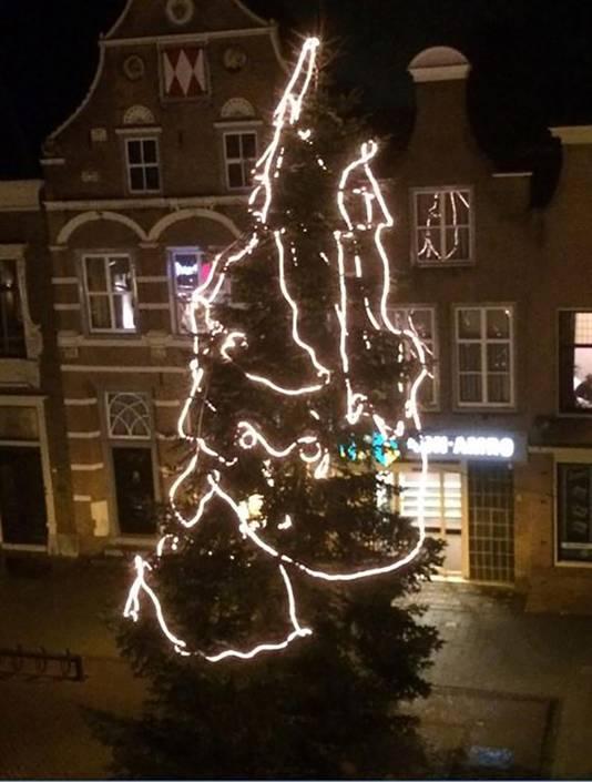 De slordig opgetuigde kerstboom, zoals die er gisteren nog bij stond.