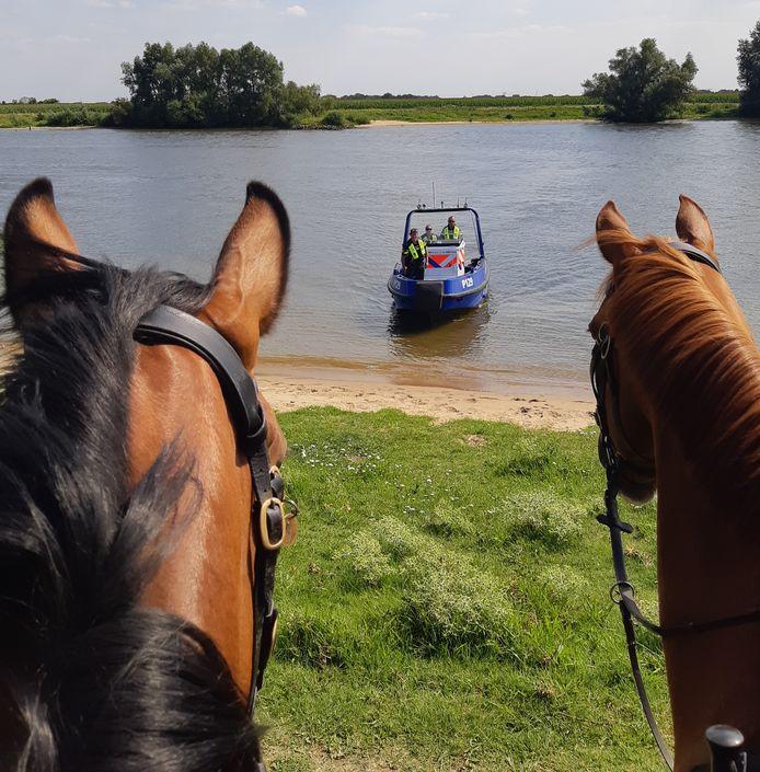 De politie is zeer te spreken over de samenwerking tussen de bereden politie en de waterpolitie bij controle van watersporters.