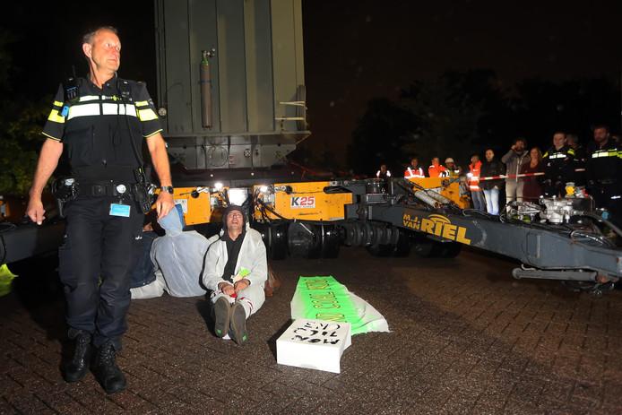Geertruidenberg - Actievoerders blokkeren het transport van een transformator naar de Amercentrale. De politie maakte uiteindelijk een einde aan de actie.