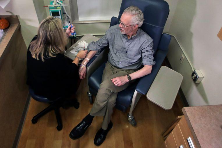 Een patiënt met Alzheimer neemt deel aan een studie naar de werking van het middel aducanumab. Beeld AP