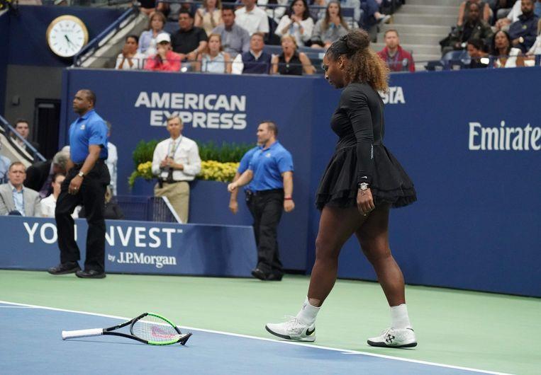 Serena Williams gooit uit frustratie haar racket kapot. Beeld AFP