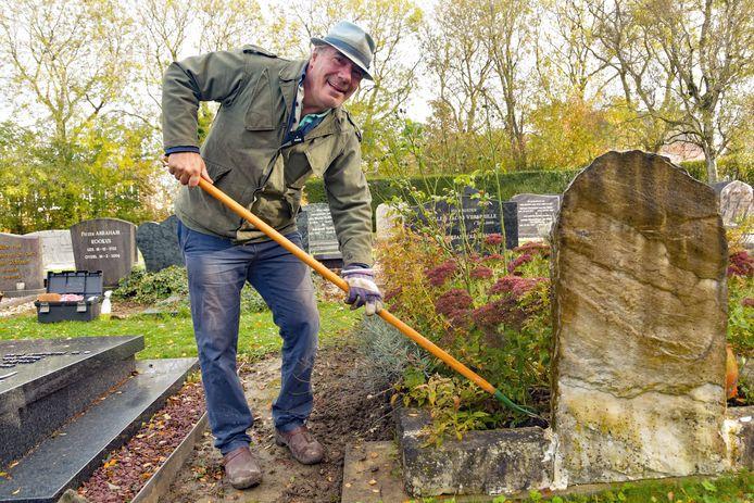 Geert de Bruijckere aan de slag bij een graf op de begraafplaats van Schoondijke
