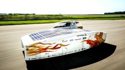 Delftse zonneauto breekt wereldrecord: 924 kilometer in 12 uur