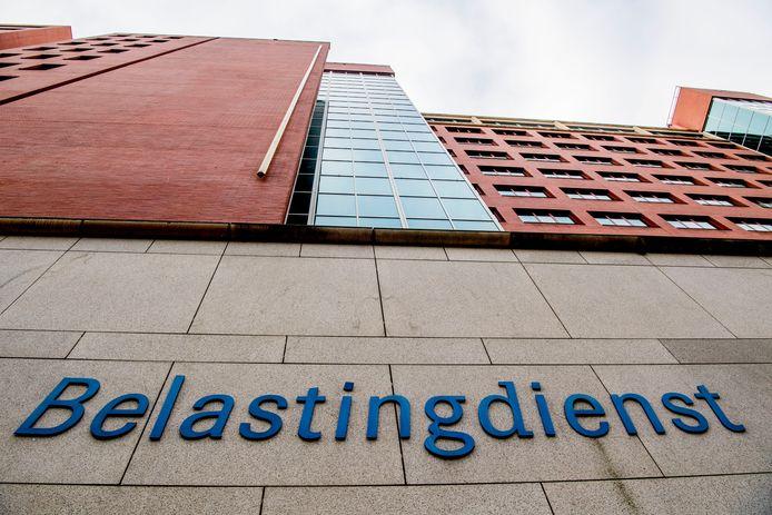 De Belastingdienst heeft ten onrechte de kinderopvangtoeslag stilgezet van een jonge moeder uit Rotterdam.