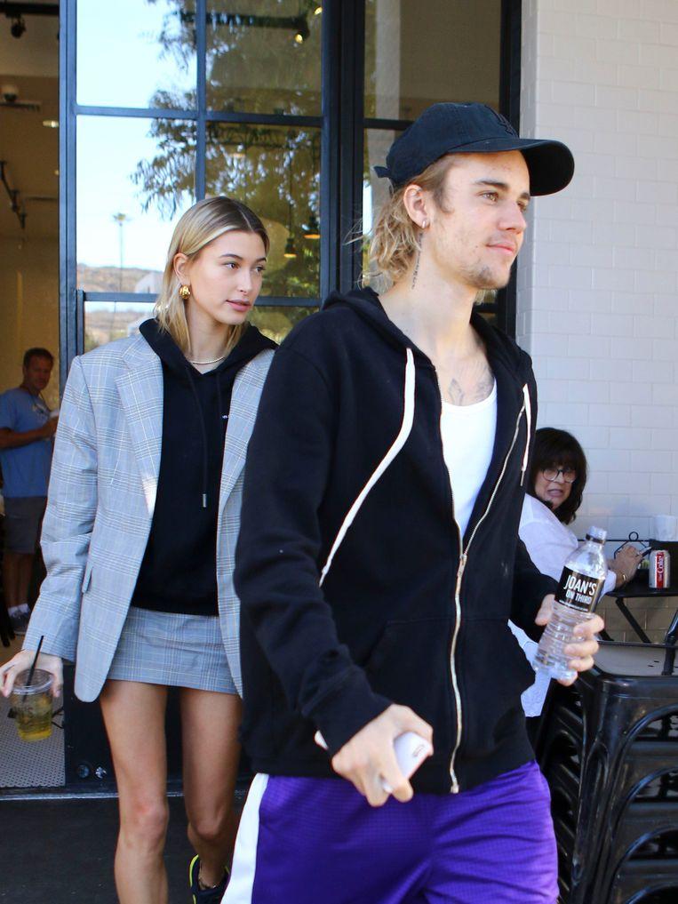 Justin Bieber en Hailey Baldwin verlaten een ontbijtrestaurant in Los Angeles op 16 oktober 2018.