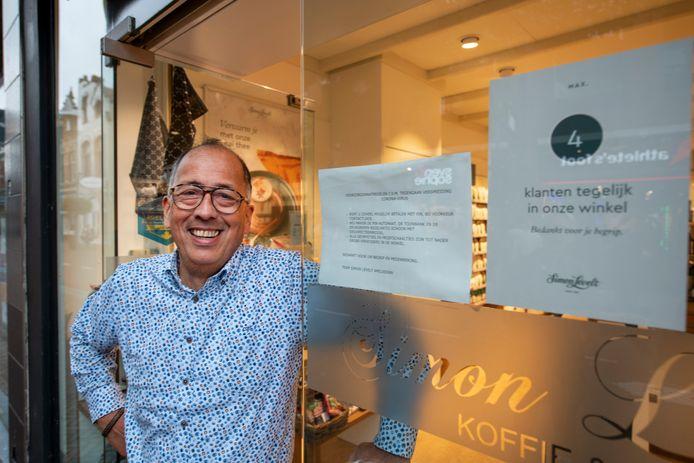 Voor ondernemer Arnold Schlundt Bodien van Simon Lévelt Koffie en Thee aan de Hoofdstraat in Apeldoorn hebbende verscherpingen van de coronamaatregelen weinig gevolgen. Sterker, hij vaart wel bij de coronacrisis.