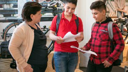 Anderstalige nieuwkomers krijgen hulp van winkeliers om Nederlands te leren