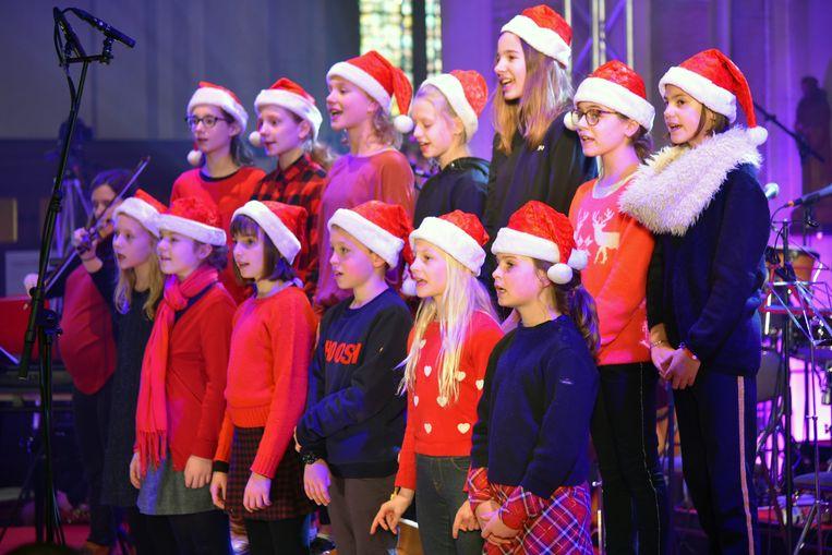 Hoeilanders zingen Kerstmis in de Sint-Clemenskerk.