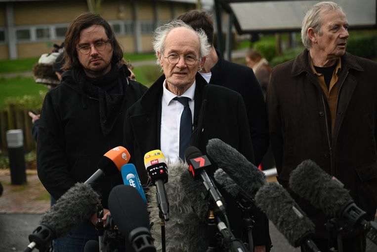 Ook de vader van Julian, John Assange, is aanwezig bij de rechtbank.