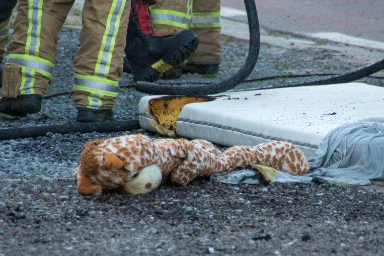 Een matras en enkele speelgoedknuffels hadden vuur gevat.