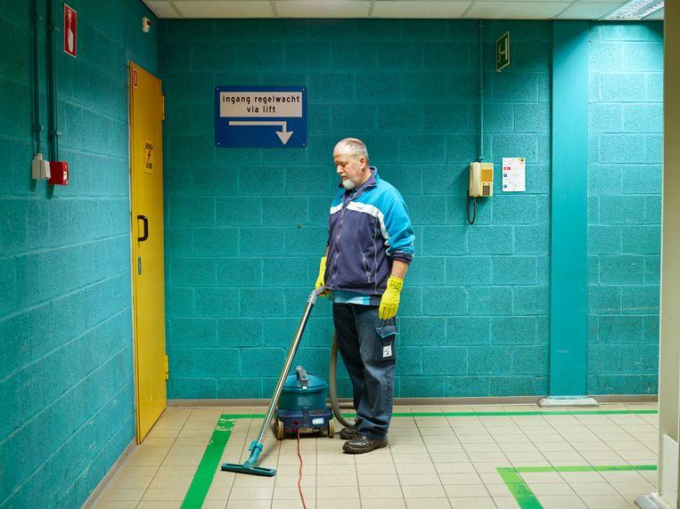 Jayjay is een van de drie schoonmakers die fulltime zorgdragen voor het schoonhouden van de centrale. Naast Jayjay en zijn twee collega's is er nog een ploeg industriële schoonmakers. Deze ploeg is verantwoordelijk voor het grove en zware schoonmaakwerk in de installatie. Beeld Henk Wildschut