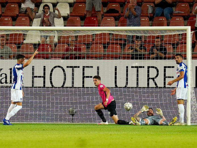Het mocht eigenlijk niet wat de supporter achter het doel vorige maand deed: juichen na een doelpunt van FC Utrecht.