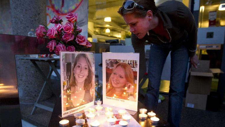 Bij foto's van Lisanne Foon en Kris Kremers worden kaarsen gebrand tijdens een benefietavond.