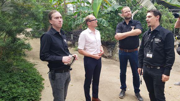 Minister Ben Weyts kreeg uitleg van Tommy Pasteels (links), Wim Verheyen (tweede van rechts) en bioloog Robby Van der Velden (rechts).