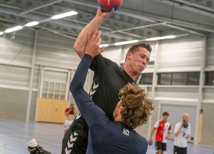 Kevin Meulmeester tijdens een training met de mannen van HC Zeeland.