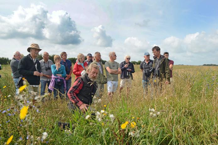Willem Smallegange (voorgrond) legt uit wat een keverbank is. Tweede van rechts staat gids Alex Wieland.