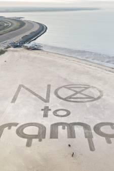Protestoproep tegen oliebedrijf groot in zand van Brouwersdam geschreven