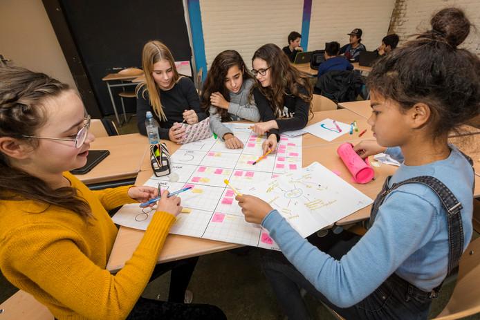 Brugklassers Chyna, Amal, Riva, Lotte en Isa aan de slag met hun make-up project.