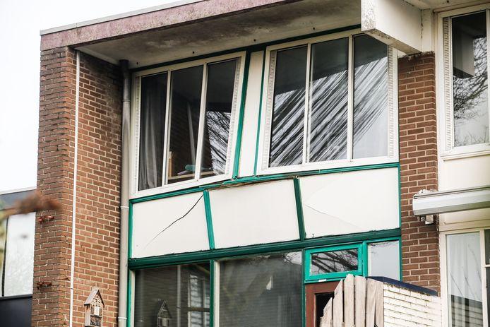 De pui van de woning op de bovenste verdieping waar de slaapkamers zitten, is door de kracht van de explosie ontzet.